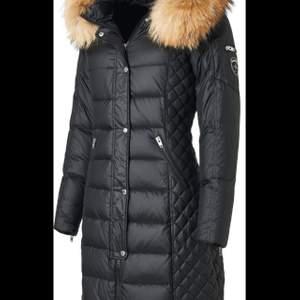 Säljer nu min fina rock and blue jacka, exakt som den på bilden, storlek 36, använd två vintrar. Det är några små små hål som typ inte märks av, pälsen är äkta. Köptes ny för ca 4000kr.