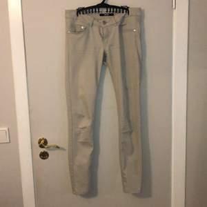 Jättefina låga beige jeans. Lite använda men ser ut som nya förutom sömmen har gått upp lite gran på fickan. Går att fixa enkelt.