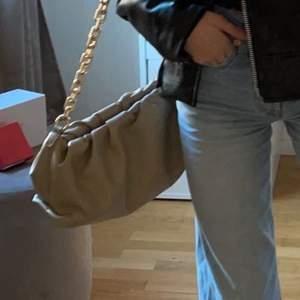 Jättefin Bottega Veneta inspirerad väska ifrån nakd slutsåld på deras hemsida . Använd några ggr men i mycket bra skick. Rymmer mycket och är smidig att ta med och fin till outfits. Frakt tillkommer 66kr spårbar.