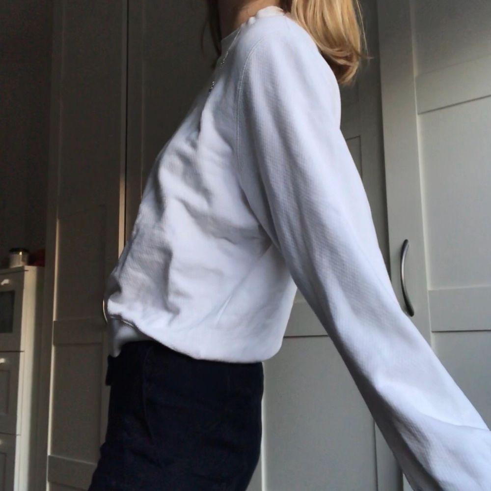 Enkel sweatshirt från &otherstories, sparsamt använd, som ny!! . Huvtröjor & Träningströjor.
