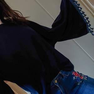 Härlig mörkblå tröja med wide sleeve och frills som jag köpte lokalt i Sydkorea. Har slätare glansigt tyg på innerfodret (bild 3) som gör tröjan behaglig. Kommer inte längre till användning. Finns ingen storlek angiven på tröjan, men jag har storlek xs-s och då är den oversize. Passar säkert upp till L. Något nopprig, men inget som störs.