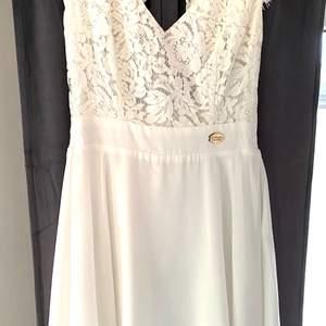 Jättefin vit klänning från bubbleroom! Endast använd en gång,storlek S Nypris 599kr!