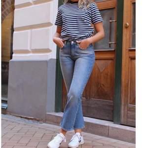 Helt oanvända jeans från IVY, första bilden är en fotografering så prislapp och allting är kvar på jeansen som de andra bilderna visar. De är lite för korta på mig så därför säljer jag dem! Jag är 169, och jeansen SKA vara croppade men jag trivs inte så bra i det. Nypris 1099, men jag vill bli av med de fort så lägger ut de för 250kr