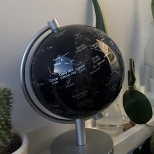 Svart jordglob med stjärntecken på, ca.17cm hög