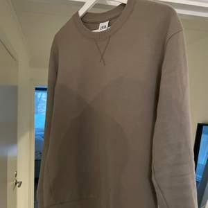 Storlek S, väldigt snygg och enkel tröja. Nyskick då den använts ett fåtal gånger.