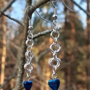 Handgjorda örhängen med hematit hjärtan, nickelsäkrade. Frakt ingår.