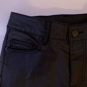 """Tighta jeans i ett """"vaxigt"""" material. Jättesnygga men passar tyvärr inte mig. Använda fåtal gånger och är i bra skick. Bara att skriva vid intresse, frågor eller önskan om fler bilder. Endast post och Swish!"""