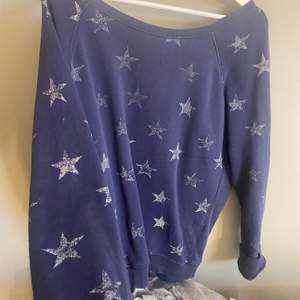 En jätte snygg sweatshirt med jätte fina stjärnor på som är lite utvättafe men jag tycker bara det är en cool effekt. 💕💕🤩