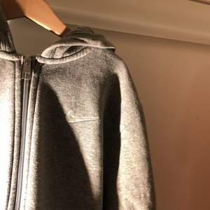 Grå zip hoodie från nike som ändå ger en vintage vibe. Väldigt bra skick!