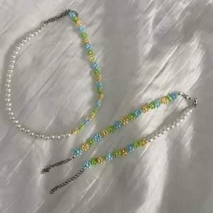 Nya EMELIA smycken🌸 EMELIA MIX🤩 Halsbandet: 90kr 50/50 armbandet: 65kr Armband med bara blommor: 75kr Frakt på 12kr tillkommer❤️