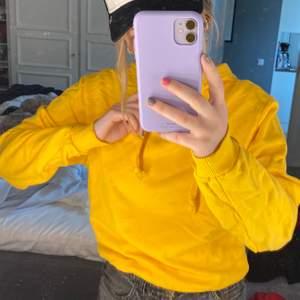 En gul hoodie som är så fin och bara använd ett par få gånger. Så fin nu till sommaren!! Den är i väldigt bra skick och kvalitet. Startpriset är på 150kr. Skriv vid frågor!!