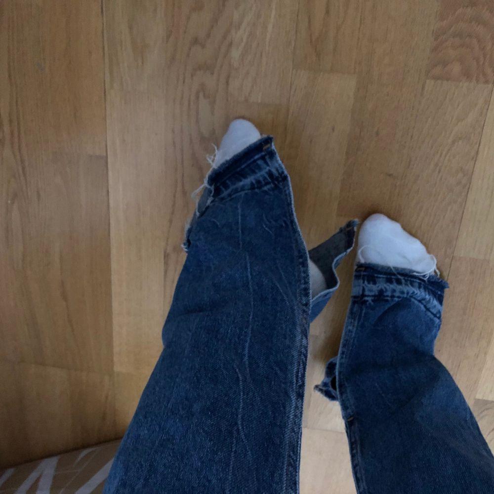 Super snygga jeans med slits nästan aldrig använda! Köpta för 599kr. Jeans & Byxor.
