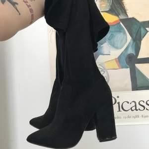 Säljer dessa skor, fint skick, storlek 38. Mycket bekväma för att vara klackar! 💜 Kom gärna med egna bud! 💘 STARTBUD: 100
