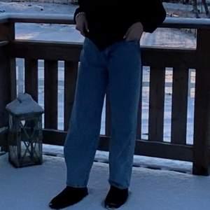 Jag säljer dessa superfina jeans från GinaTricot! De är i väldigt bra skick och dessutom väldigt trendiga! Egentligen är det en kort modell men om man vill att de ska sitta som de gör på mig på bilden bör man vara ca 150cm eller kortare!<33  Jag säljer de för 399kr eller högsta bud och köparen står för frakten!