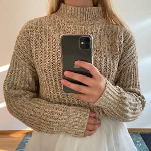Fin och skön stickad tröja med hög krage. Går att ha som vanlig stickad tröja eller med en skjorta under, som på sista bilden. Jag har vanligtvis storlek XS/S i tröjor och den här passar ändå. Skriv för frågor eller annat☺️