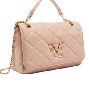 Äkta Versace väskor. Helt i nyskick. Nypris är ca 2244:- / styck. Mitt pris är 1300 :- styck eller båda för 2300:-.       Frakt tillkommer, beroende på vad köparen väljer för frakt.
