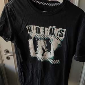 skitcool t-shirt som sitter lite ocersized på mig som har storlek small, bra skick! skriv om du har någon fråga eller om du vill köpa <33
