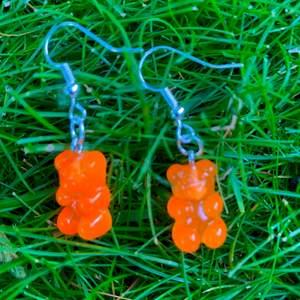 Dessa söta björnörhängen passar till allt, dessutom är de billiga! Finns i fler färger, men eftersom de inte kan visas i samma inlägg så kommer ett till med färgern ljusblå, röd och svart (: Jag står för leveransen ~står på kvinna, eftersom det är mest kvinnor med dessa typer av örhängen men de kan lika gärna användas av andra kön~