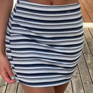Söt liten randig kjol som passar s-m