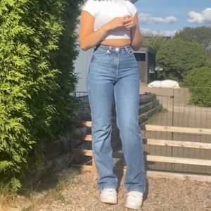 Straight jeans från weekday i modellen Rowe. Storlek 24 (32) i midjan och 32 i längd vilket är den normala längden på jeans💛⚡️. Säljer pga att de blivit för små för mig. Har andvänds fåtal gånger så dom är som nya utan några skador!