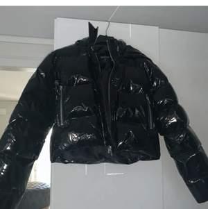 Fin lack jacka i bra skick, köpt på boohoo för 900kr. Säljer den pågrund utav att den inte kommer till användning, den är använd cirka 5 gånger. Passar personer från xs till M. Köparen står för frakten💕