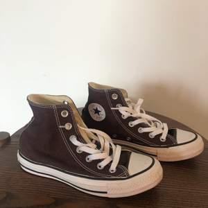 Intressekoll på dessa bruna Conversen i storlek 36, i superfint skick🧸🤎 Är lite osäker om jag vill sälja och säljs därför endast vid bra bud!!🤎