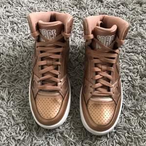 Intresse koll på ett par helt oanvända Nike Force rosé gold sneakers som tyvärr är för små