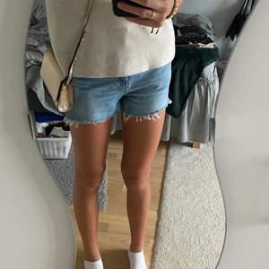 Ett par jeans som jag klippt till ett par shorts. Storlek 34 men passar 36 också. Betalning sker via Swish.