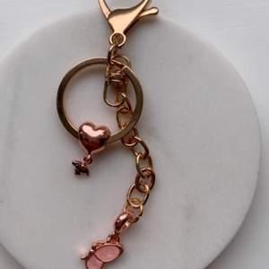 Säljer handgjorda nyckelringar & örhängen ✨🐝🦋                   Den här är definitivt min favorit den är så söt med den lilla humlan plus fjärilen😍                                                            Om man köper två nyckelringar så blir de 100kr istället.