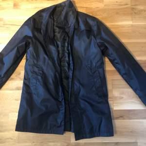 En svart jacka från nått konstigt märke. Storlek M typ en regnkappa. (Frakten betalas av köparen) vet ej priset på frakten!!!!