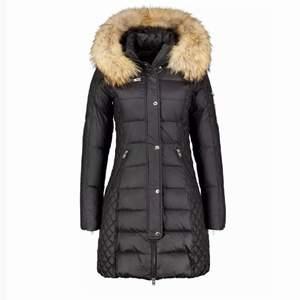 Säljer min rock and blue jacka som är perfekt för en vinter. Jackan har äkta päls man kan ta av och sätta på. Inga skador eller fläckar på jackan, kom privat för egna bilder. Pris kan diskuteras, köpt för 4000