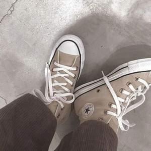 Klassiska Converse i beige, slutsålda överallt. Knappt använda. Först till kvarn! 😍
