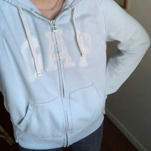 Hej ! Kollar intresse på min GAP-munkis i den mest härligaste ljusblåa färgen. Den är köpt i New York och har inte sett någon annan med en liknande, alltså är den mycket unik 🥰🙌🏻 Den är i strl M men tycker den sitter snyggt på mig som brukar ha S/XS ! Kom gärna med egna bud och om den blir poppis så startar jag gärna budgivning 🥰🥰🥰