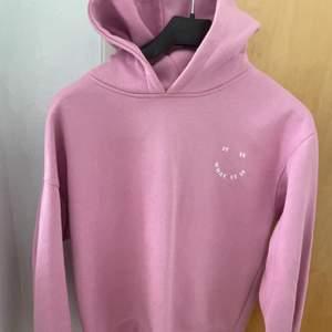 Snygg hoodie från zara barn men skulle säga att det är en xs-s i storleken super snygg till bara ett par jeans och bara super chill😆💕