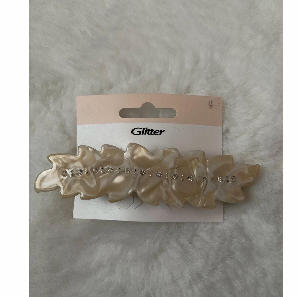 Säljer detta jätte fina hårspänne från glitter, aldrig blivit använd💕. Accessoarer.