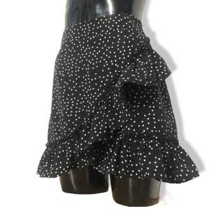 Typ: kort prickig omlott kjol som stängs med osynlig dragkedja. Skicket: mycket bra.                                                                GLÖM ALDRIG att ditt bud är bindande, lycka till!💋