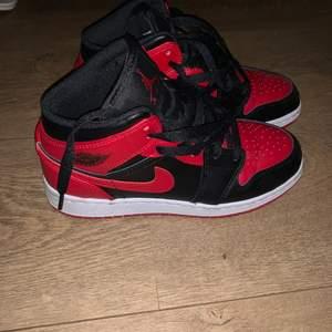 Säljer mina Nike air jordans 1 mid då dom inte kommer till mycket användning tyvärr :/ men väldigt snygga annars