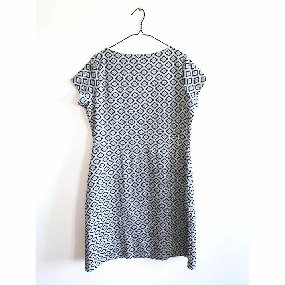 Mönstrad klänning med fickor i jättefint skick. Märke: NEXT Storlek 42, men passar även storlek 40. Skickas i postorderpåse via postnord.. Klänningar.
