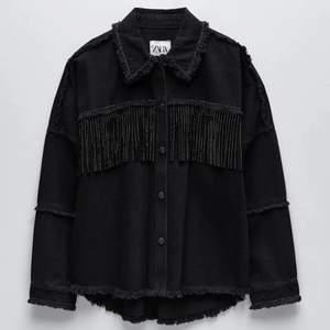 Jacka från Zara storlek M, köpare står för frakt. Buda från 150 eller köp direkt för 300! Egna bilder kan skickas vid intresse:)