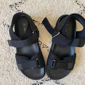 Ett par jättefina sandaler från Monki i storlek 39. Använda en gång, säljer pga att de är försmå! Passar perfekt till sommaren