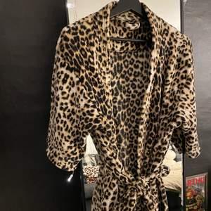 En söt morgonrock i leopard med trekvarts ärmar. Säljs då den inte används. Vet inte vart den är ifrån.
