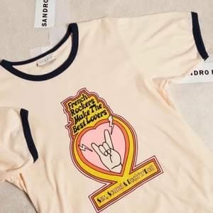 Tshirt från populära Sandro. Helt slutsåld i butik. Aldrig använd, ny med tag. Nypris var 900kr. Köparen står för frakt 💗