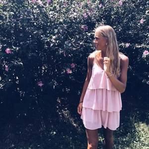 Säljer den här fina klänningen då den blivit för liten för mig, storlek S. Klänningen är i fint skick! Köparen står för frakt.