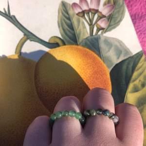 """Goddagens😙 nu säljer jag dessa ringar! Vänster ring av grön aventurin, höger ring av mossagat, de kostar 50kr st. Frakten ligger på 12kr💚💚💚                                                  Mossagat: """"the gardener's stone"""". """"Connectar"""" en extra mycket till moder jord å naturen:) stabiliserar och balanserar ens vardag! Även Perfekt för kreativitet och lugn i vardagen! Grön aventurin kan du läsa om på bild 3💚 armbandet och ringen i mitten säljs ej."""