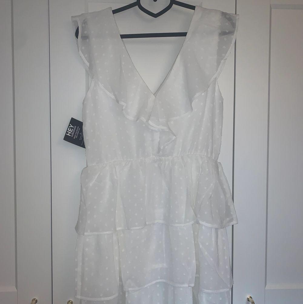 En vit sommarklänning som pssar perfekt till student eller skolavslutning. Jag hade planerat att ha den till studenten men har hittat en annan jag kommer ha och därför säljer jag denna🥰 klänningen är helt oanvänd endast testad !. Klänningar.