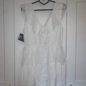 En vit sommarklänning som pssar perfekt till student eller skolavslutning. Jag hade planerat att ha den till studenten men har hittat en annan jag kommer ha och därför säljer jag denna🥰 klänningen är helt oanvänd endast testad !