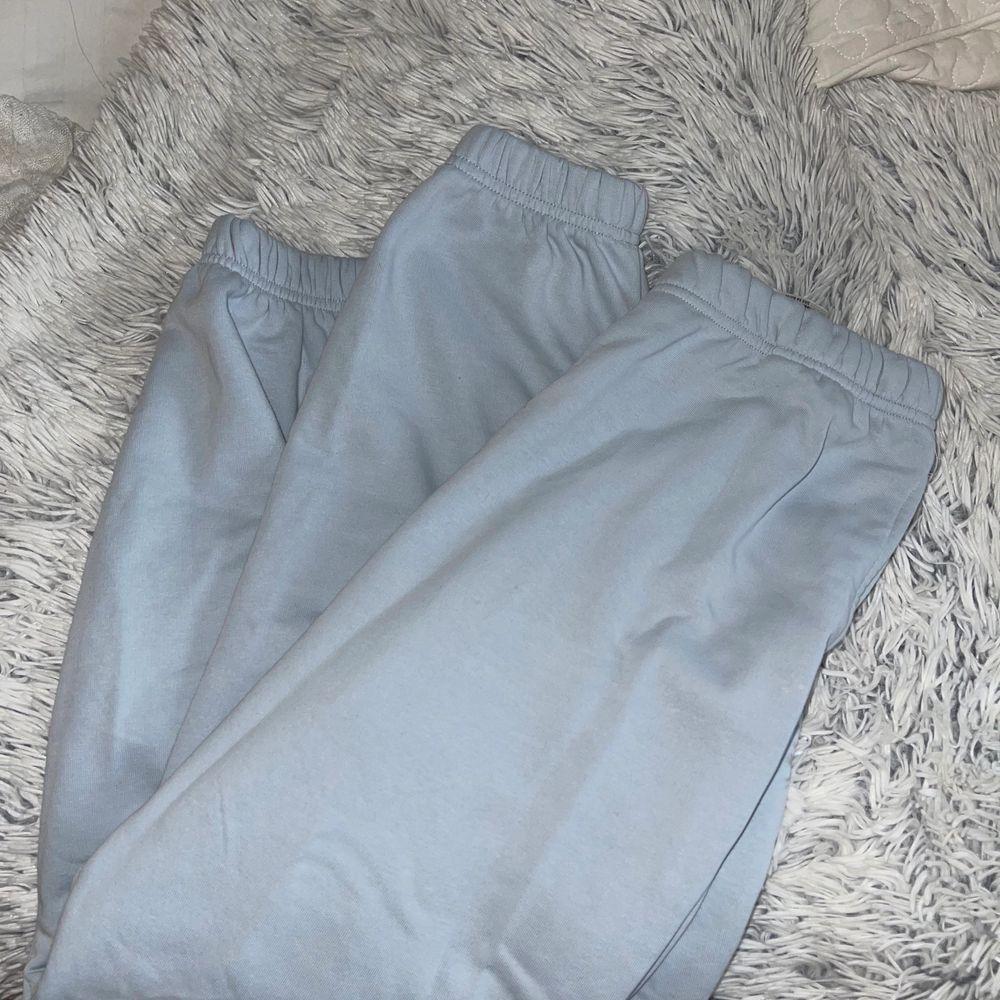 Så mysiga mjukisbyxor från Gina som är slutsålda! ALDRIG ANVÄNDA!!! Storlek L men jättekonstig i storlek så skulle säga dom sitter som S typ. Har ett par andra i M som passar MYCKET bättre på mig som är en M. Dom är lite små för mig💕💕. Jeans & Byxor.