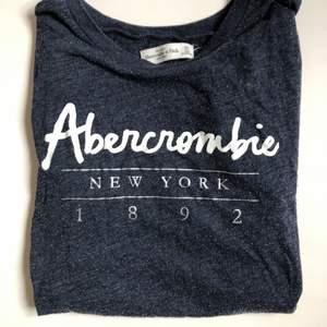 abercrombie n fitch tshirt i strlk xs, lite nopprig men blir så av materialet-  annars väldigt fin och skön! säljer pga kommer inte till användning