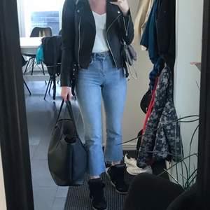 Flare jeans från ginatricot i storlek 34 men ändå lite stretchiga så pendlar man mellan 36 och 34 passar de . Skitsnygga och sparsamt använda. Jag är 173 cm