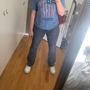 Säljer mina grå jeans från Mango eftersom jag knappt använder de längre. Jag är 172 och de är lite långa på mig.